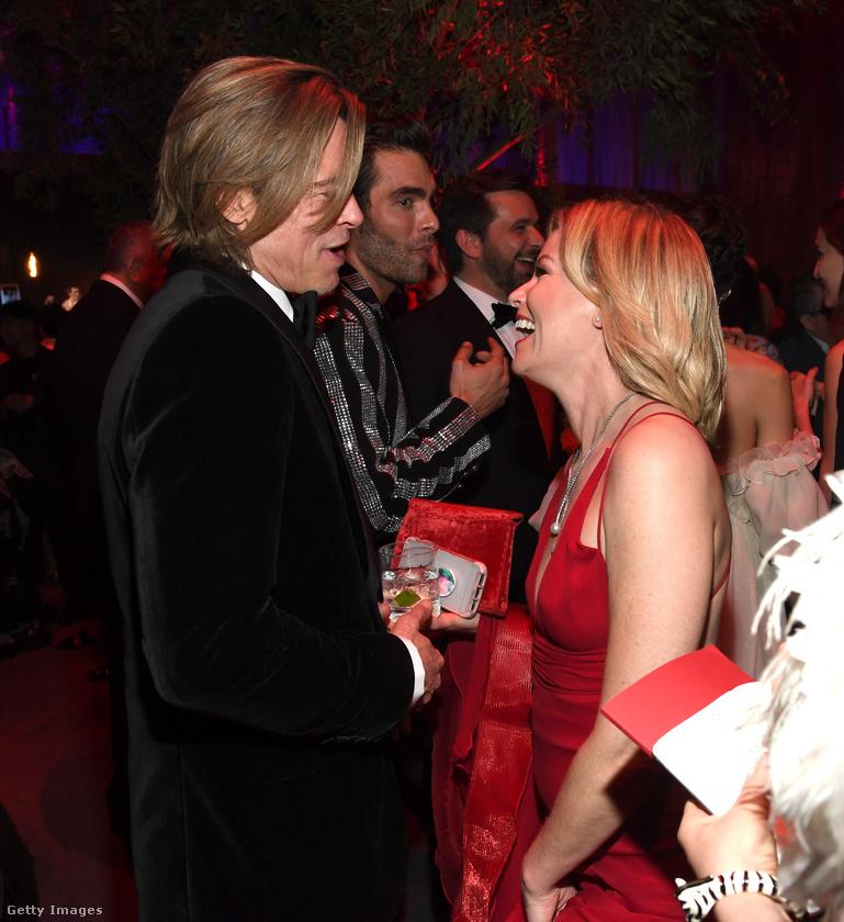 Itt az ugyancsak frissen oscarosult Brad Pitt látható, ahogy Elizabeth Banks színésznővel társalog