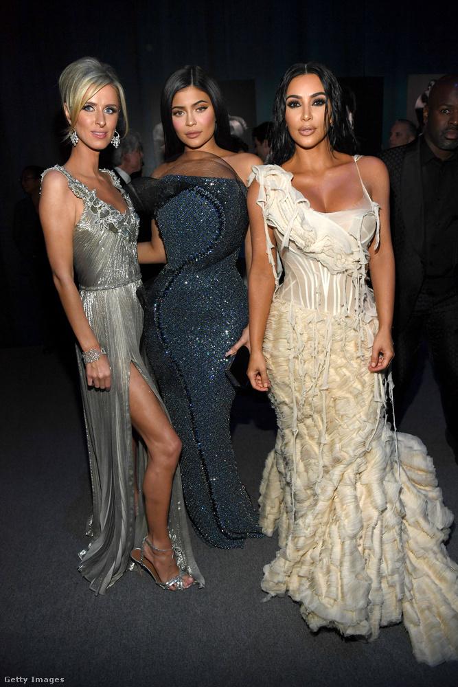 Fontos személyek rovat: Nicky Hilton örökösnő-celebritás, Kylie Jenner realityceleb-kozmetikumvállalkozó, Kim Pacal Kardashian realityceleb-modell-vállalkozó
