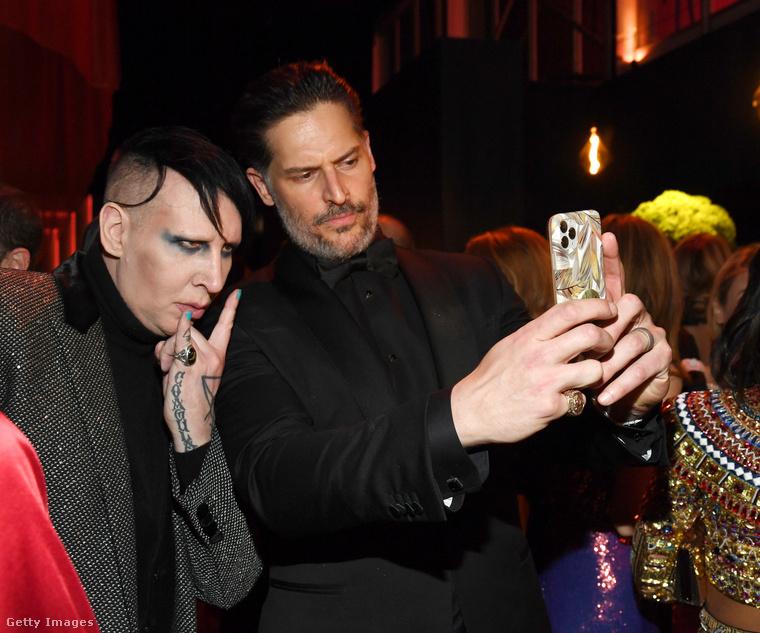 Marilyn Manson, aki idén januárban töltötte be ötvenegyedik életévét, Joe Manganiello színésszel kemény itt
