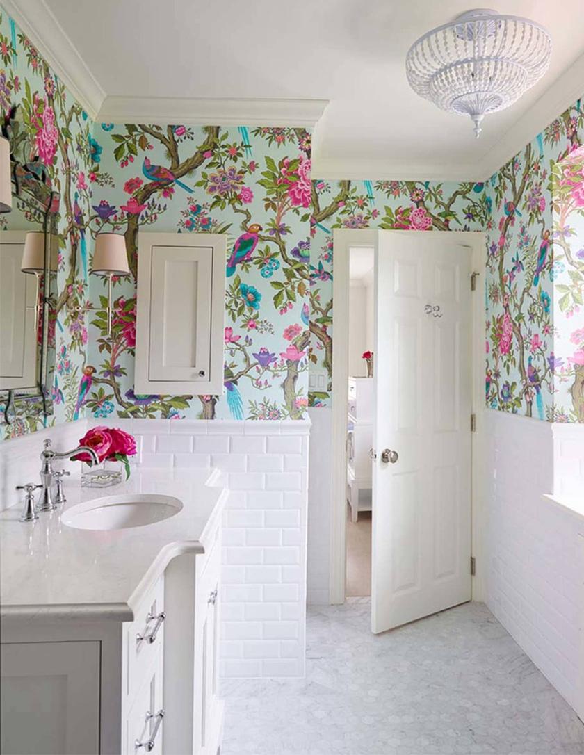 A fürdőszobai tapéta felrakása fantázia kérdése. Kerülhet csak egy falra, kettőre vagy magas beltér esetén a mennyezetre, de a legegységesebb képet az adhatja, ha a helyiség minden falán helyet kap a csempézett falrész felett.Fontos gondolni rá, hogy ha a tapéta mintás, a csempe legyen egyszínű, vagy fordítva.