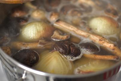 Nincs benne hús, mégis olyan ízes, mint egy húsleves: így készül a vegán alaplé