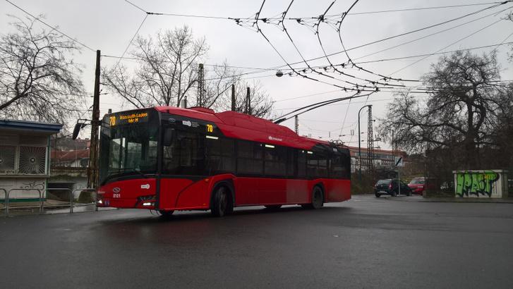 Egy zsír új budapesti SST trolibusz, amely önjárásra is képes. Kézenfekvő lenne e járművek fejlesztése, mégis az akkumulátoros megoldások felé mentek el a gyártók