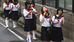 Miért kell tengerész-egyenruhát hordaniuk az iskolás lányoknak?