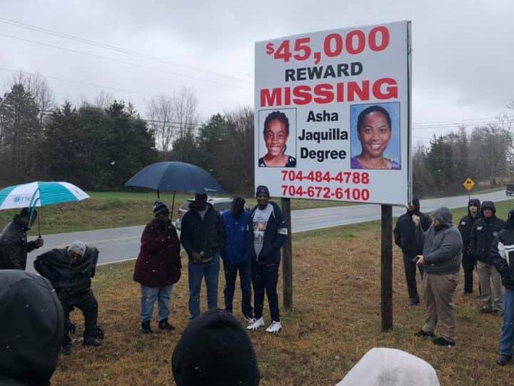 Táblát állítottak Clevelandben 2020-ban, amin Asha régi és új képe látható, mellette telefonszámmal, amin a nyomravezető adhat információt a nyomozóknak.