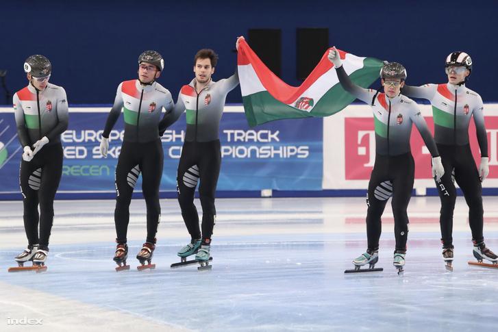 A magyar csapat tagjai, Liu Shaoang, Liu Shaolin Sándor, Varnyú Alex, Cole Krueger és John-Henry Krueger (b-j) a rövidpályás gyorskorcsolya Európa-bajnokság férfi 5000 méteres váltóversenyének döntője után a debreceni Főnix Csarnokban 2020. január 26-án.