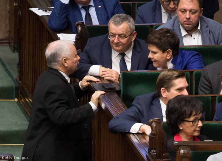 Jarosław Kaczyński és Beata Szydło beszélget a Szejm plenáris ülésén 2017-ben