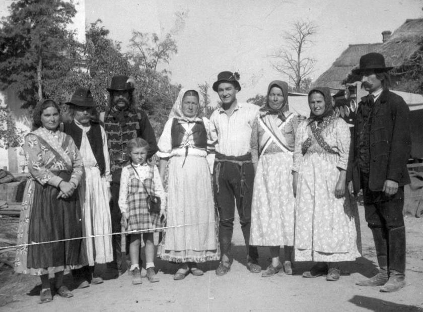 Soós Imre 949-ben helybeliekkel a Ludas Matyi című film forgatásakor.