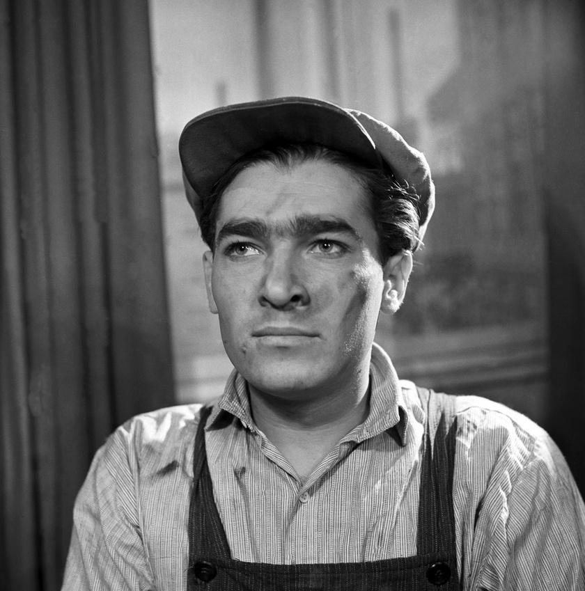 Soós Imre Mács, futballista szerepében Tabi László A piros sapkás lány című darabjában 1952-ben a Madách Színházban.