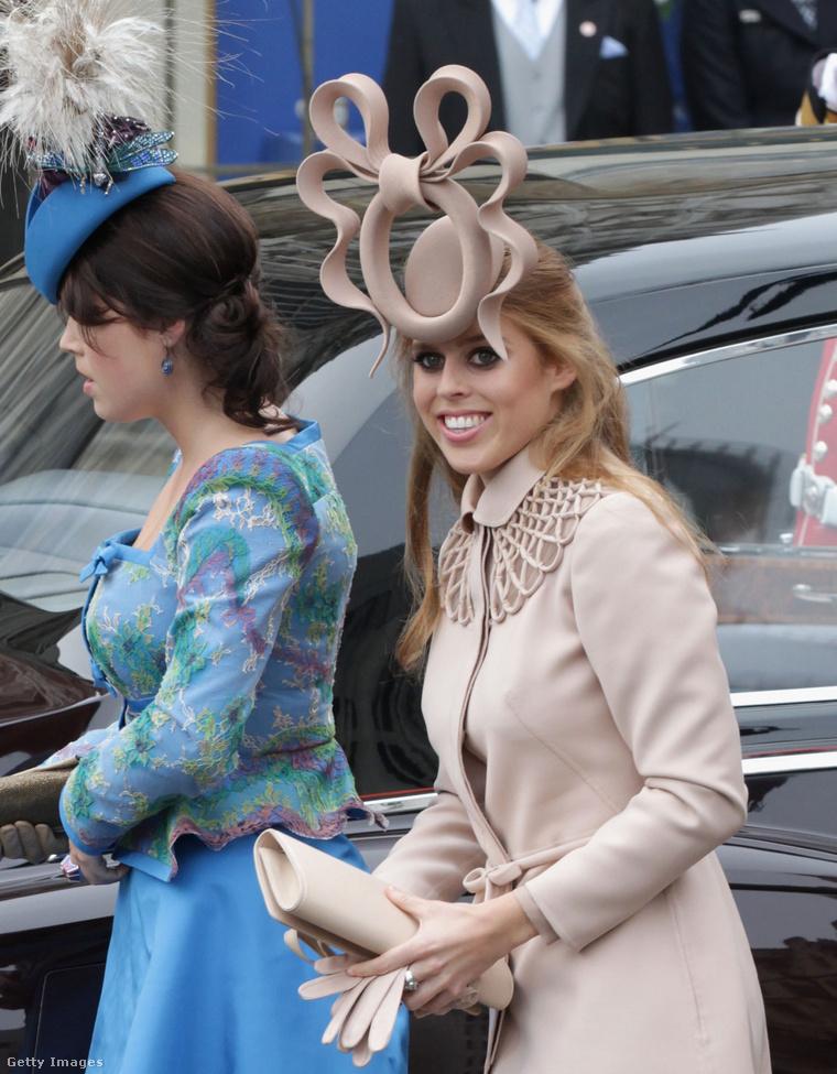 Beatrice hercegnő Vilmos herceg esküvőjén, a híres/hírhedt Philip Treacy által tervezett kalapban.