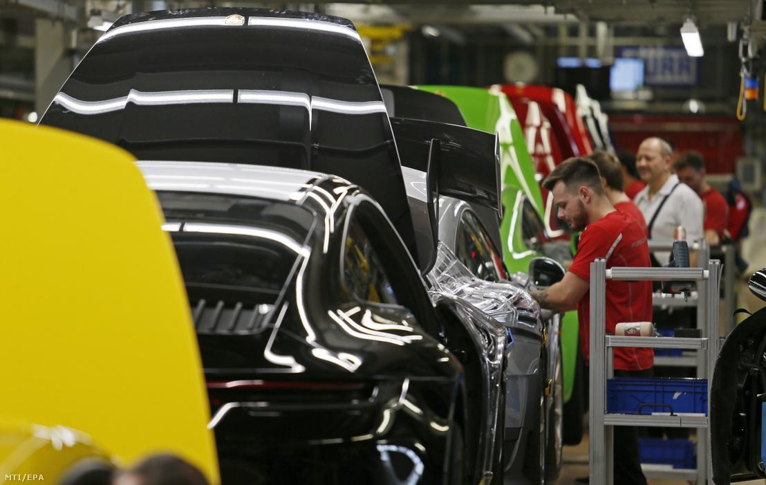 A Porsche német autógyártó dolgozói a cég stuttgarti üzemében