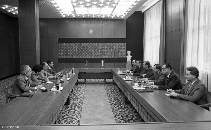 """MSZMP székház, a mai Képviselői Irodaház (""""Fehér Ház""""), jobbról a negyedik Horváth István belügyminiszter, aki palesztin küldöttséggel folytat tárgyalást 1983-ban"""