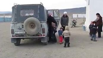 Egyetlen autóval 34 gyereket visznek oviba Mongóliában