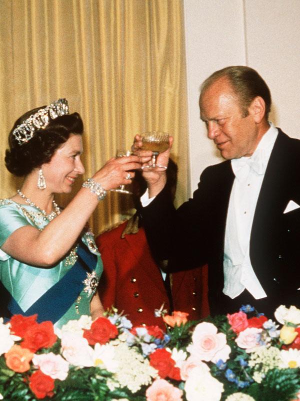 Kivel beszélgethet a királynő egy hivatalos vacsora első fogásánál?