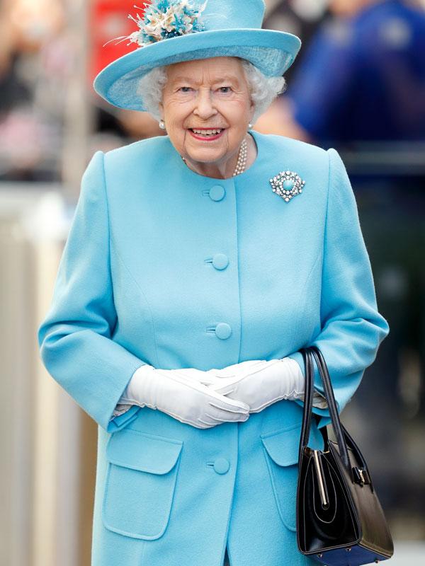 Mit kell tennie a személyzetnek egy hivatalos eseményen, ha a királynő a bal karjából a jobbra helyezi át a táskáját?