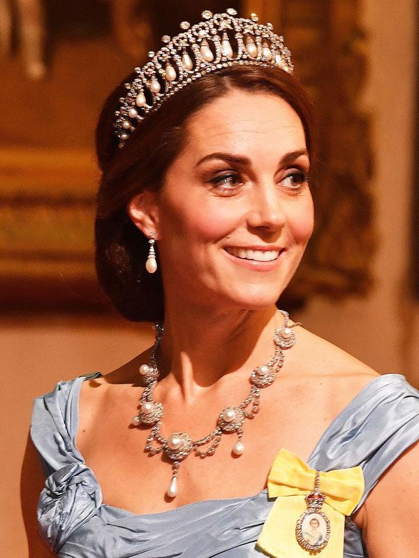 Egy hivatalos rendezvényen hány órától muszáj tiarát viselnie Erzsébet királynőnek és a hercegnéknek?