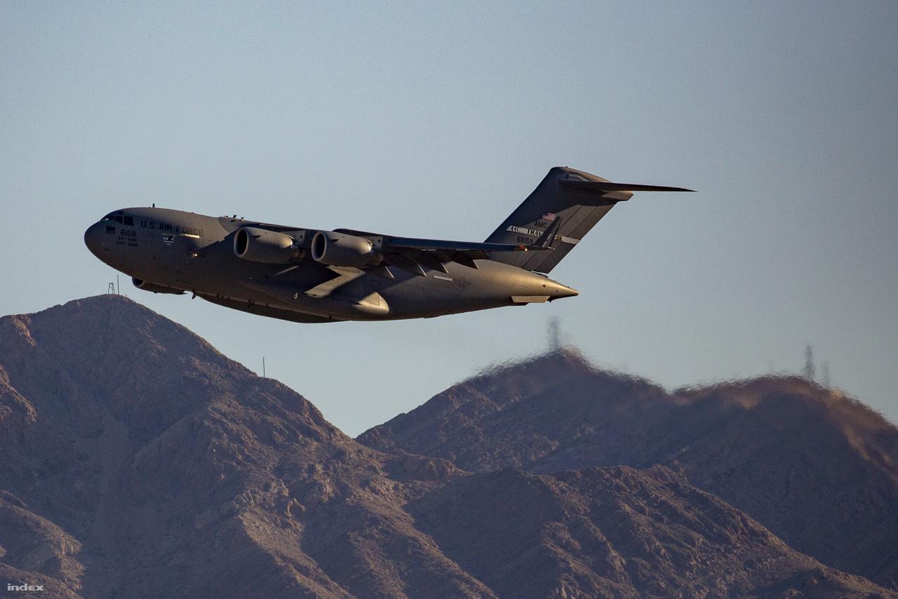 A 66158-as lajstromjelű repülőgép – a 60th Air Mobility Wing/AMC (Air Mobility Command), 349th Air Mobility Wing/ARC (Air Reserve Component) szállítógépe – a lassan lemenő nap fényében fürödve hagyta el a Nellis légibázist. Ilyen fotók tömkelegében, le- és fölszálló F-15-ös, F-16-os, F-22-es ne adj isten F-35-ös vadászgépek, hovatovább B-1, B-2 bombázók és társaik látványában reménykedtem, sajnos hiába.