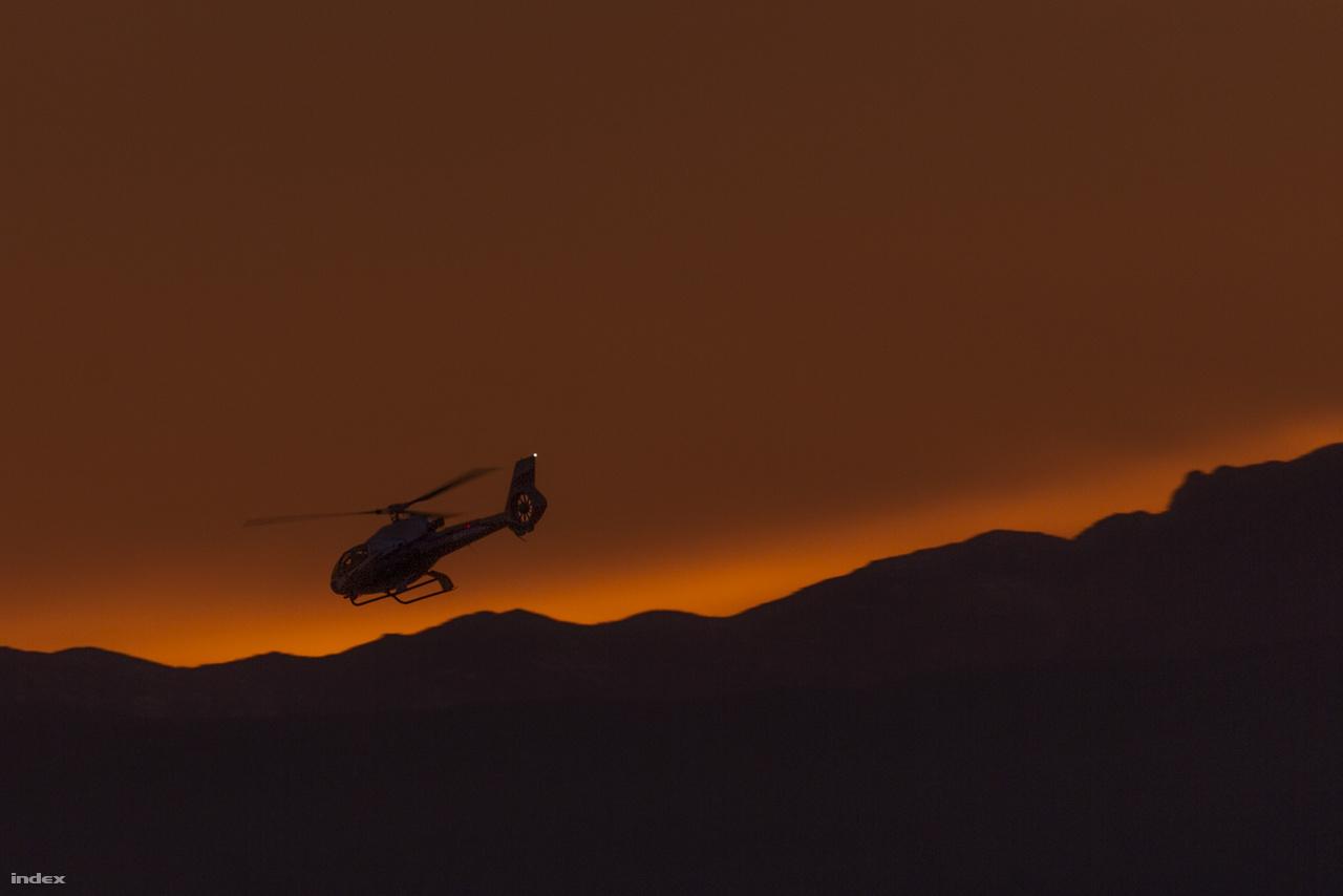 Vasárnap még egy próbát tettem: a Startosphere torony kilátóteraszáról pásztáztam a légteret, de a hétvége egyértelműen a civil légiközlekedésé volt: csak utasszállító repülőket és helikopteres kirándulásokra szakosodott cégek gépeit láttam (ez itt a Maverick Helicopters egyik Eurocopter EC130 – avagy Airbus H130 – helikoptere naplemente után).