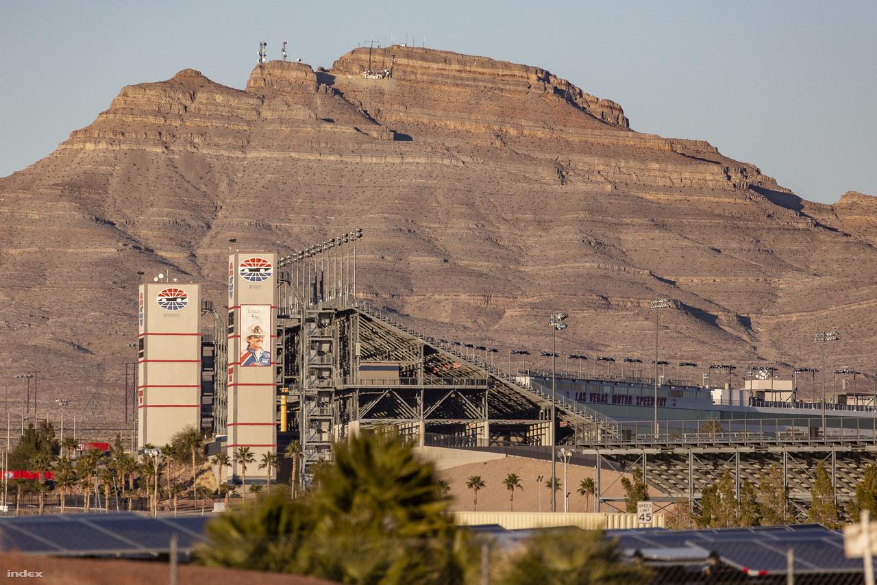 Az út túloldalán a Las Vegas Motor Speedway autósport aréna található, a mögötte emelkedő hegyen földtörténeti korok rétegződésein legeltettem szemem. Repülőgépeknek se híre, se hamva.