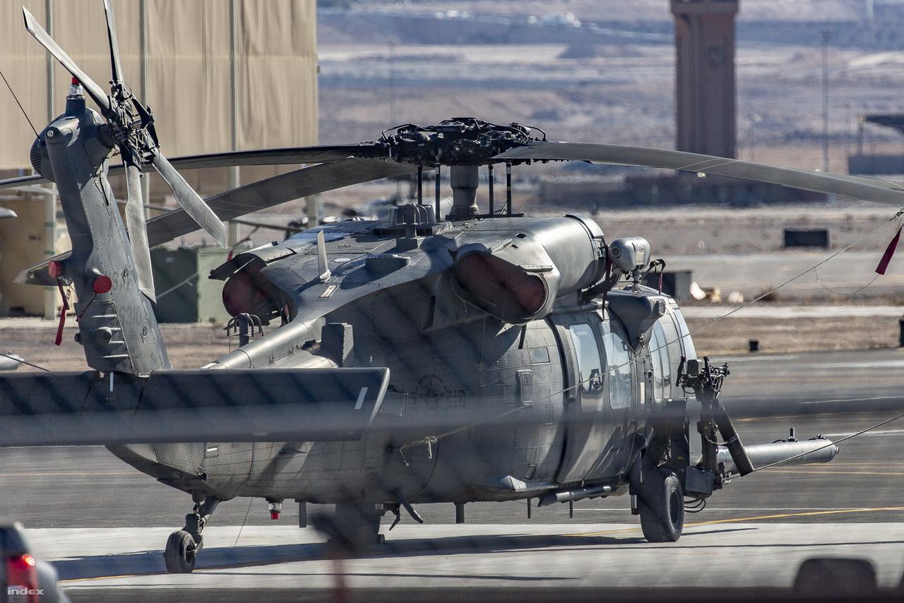 Vagy száz méterrel odébb, egy kisebb emelkedőnek hála tökéletes rálátásom nyílt egy pihenőn lévő katonai helikopterre. Az 1979 óta szolgálatban lévő, a hadseregben elsősorban szállító feladatokra használt Sikorsky UH-60 Black Hawk a légierőnél Sikorsky HH-60 Pave Hawk változatban dolgozik, és leginkább kommandósok célbajuttatása vagy bajba került katonák kimentése a feladata.