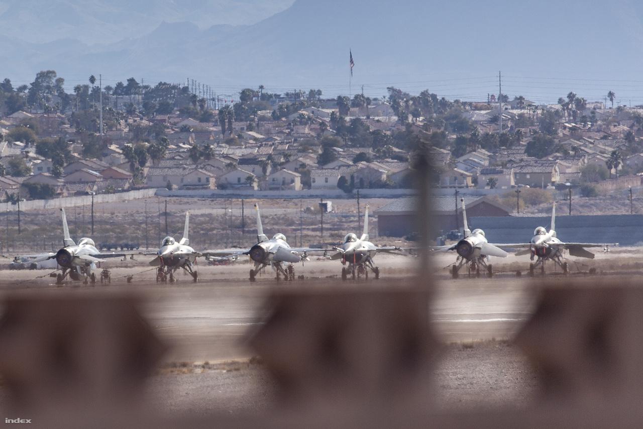 Az út mellől egész jó rálátás kínálkozott a bázis betonján, szabad ég alatt álldogáló, lepányvázott F-16-os vadászrepülőgépekre, persze ehhez a látványhoz kellett a teleobjektív is, szabad szemmel elég aprónak tűntek a jó kilométernyi távolságban, a hangárok közelében lévő gépek. A bázisnak ezen a részén semmi mozgást nem láttam, csend ülte meg a tájat.