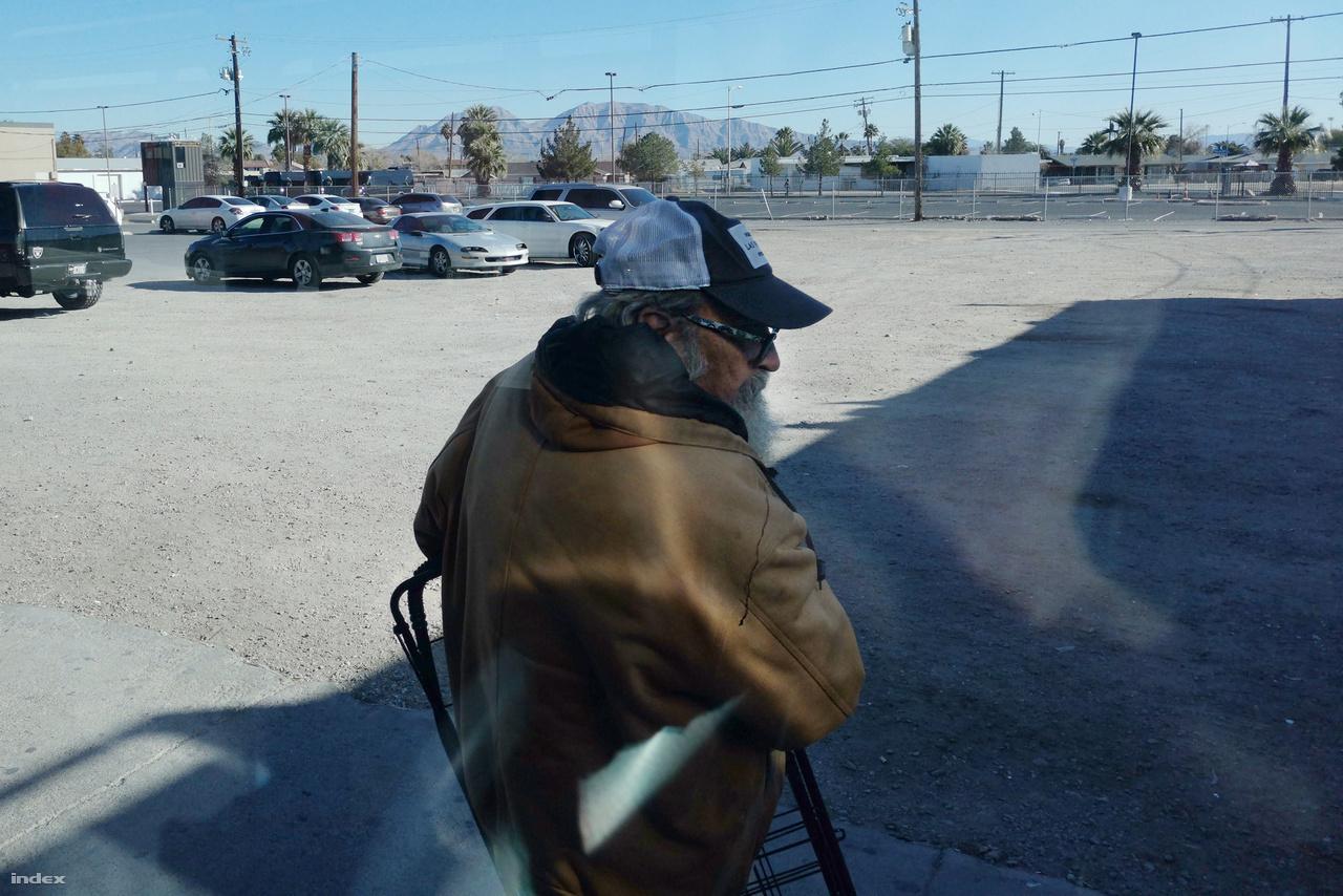 A bázis Las Vegas határában terül el, a 604-es úton lehet északkeleti irányba haladva elérni, áthaladva a kaszinóváros nem túl vonzó külvárosi területein, ahol parkolók, üres telkek, autójavító műhelyek, olcsó büfék, motelek és karitatív szervezetek ellátóhelyei közt főként a lecsúszott népesség tagjai, hajléktalanok, prostituáltak, meth-dílerek ténferegnek.