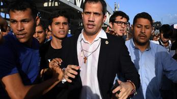 Már a reptéren rátámadtak a hazatérő ellenzéki vezetőre
