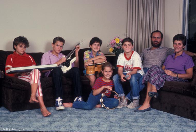 A családnak nem volt sok pénze, a gyerekek mind jártak mindenféle versenyekre vagy egyéb fellépésekre, hogy kereshessenek egy kis pénzt