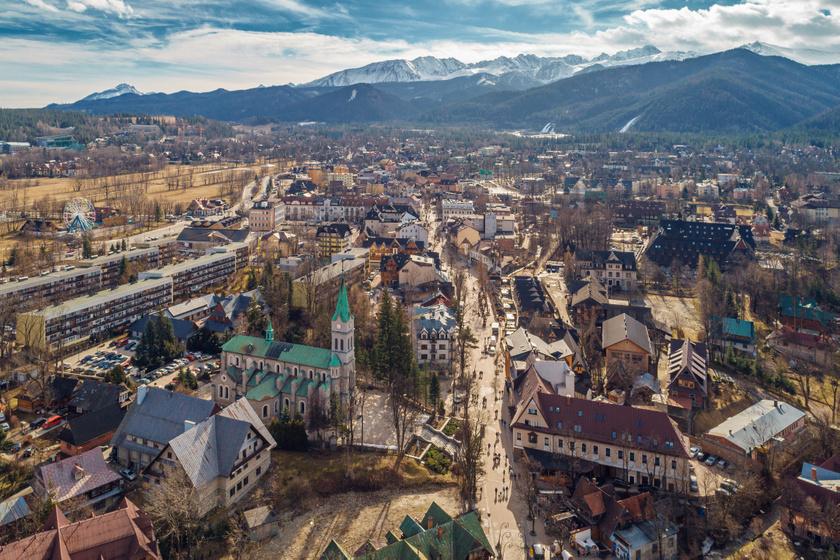 A legmagasabban fekvő lengyel város, Zakopane szépségét a Tátra és a Gubalówka hegyvonulatai adják, ezek keretezik a kis várost. A régi, pár száz fős faluból ma már közel 28 ezer fős város nőtte ki magát.