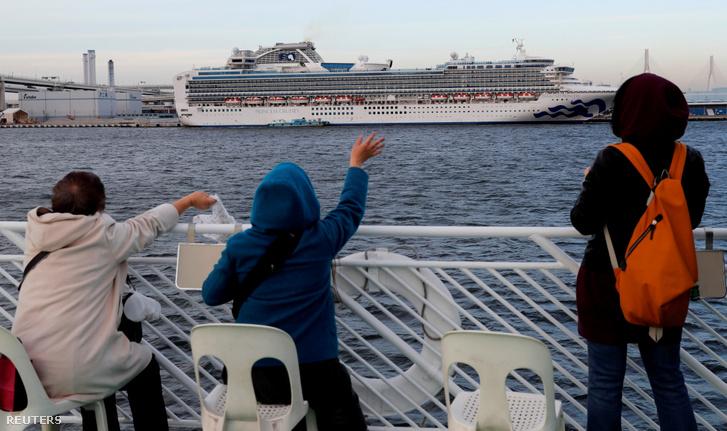 Diamond Princess hajó karanténban jokohamai kikötőben 2020. február 12-én