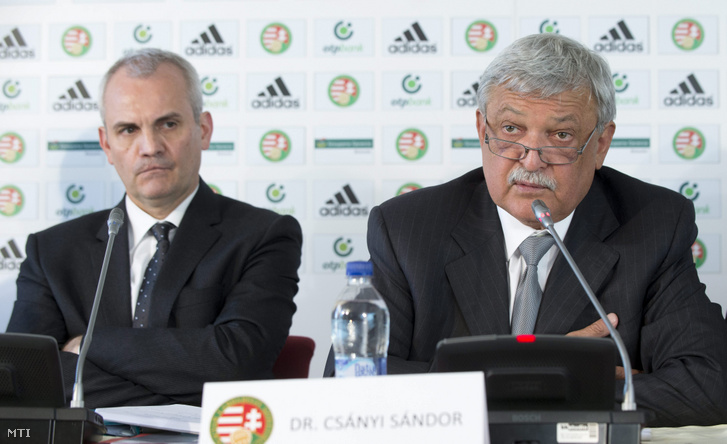 Csányi Sándor, a Magyar Labdarúgó Szövetség (MLSZ) elnöke (j) mellette Vági Márton, az MLSZ főtitkára