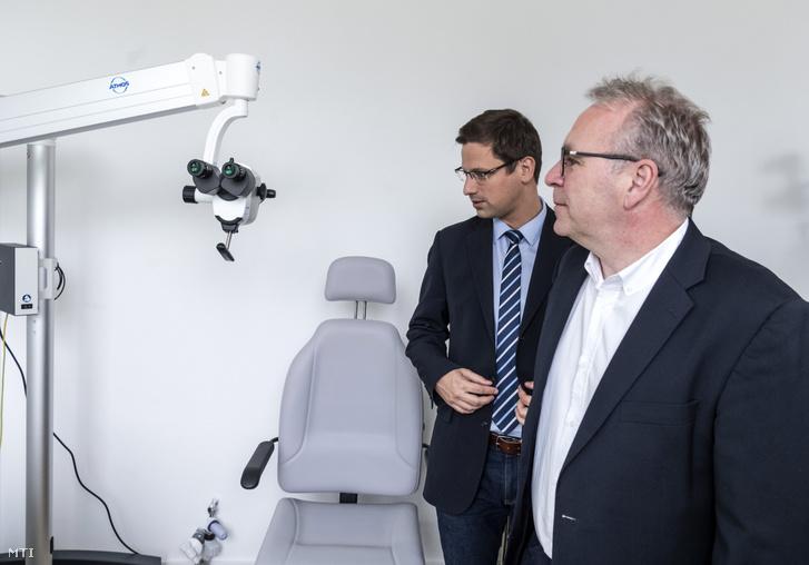 Gulyás Gergely Miniszterelnökséget vezető miniszter a kerület országgyűlési képviselője (j2) és Pokorni Zoltán (Fidesz-KDNP) a XII. kerületi polgármestere a helyszínbejáráson a Szent János Kórház új szakrendelőjének Kútvölgyi úti telephelyén 2019. május 16-án.