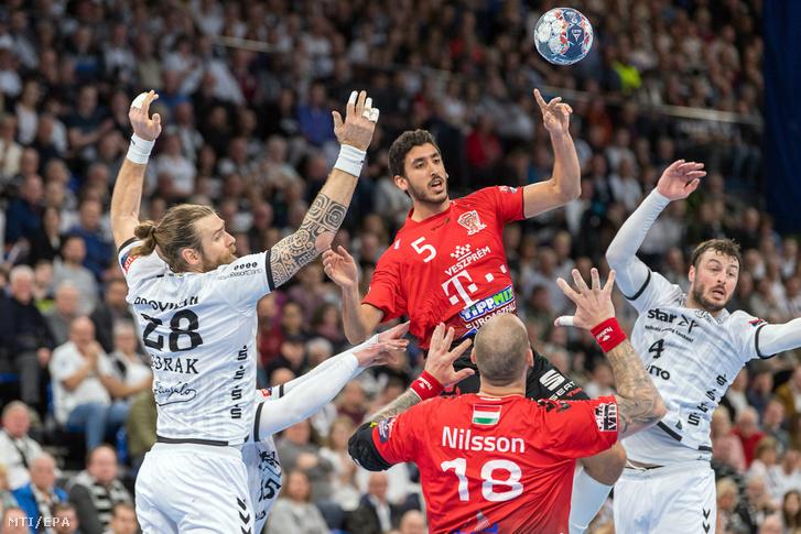 Omar Yahia (b2) és Andreas Nilsson a Telekom Veszprém (j2) valamint Pavel Horak (b) és Domagoj Duvnjak a THW Kiel játékosa a férfi kézilabda Bajnokok Ligája csoportkörében a B csoport tizenkettedik fordulójában játszott mérkőzésen Kielben 2020. február 12-én.