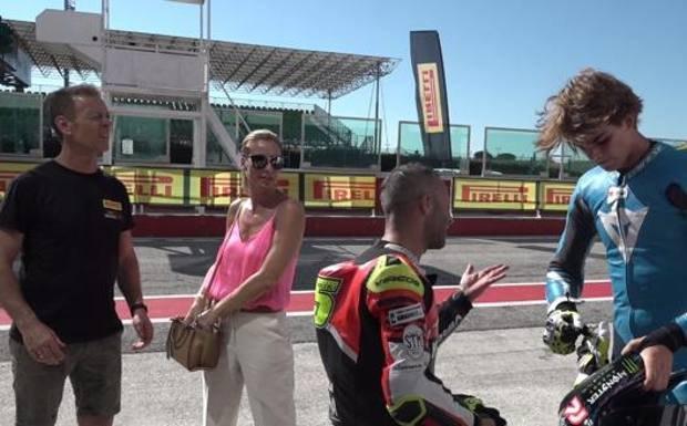 Rocco család a pályán: Rocco és felesége a háttérben, elöl pedig a Massimo Roccoli motorversenyző magyaráz Rocco fiának