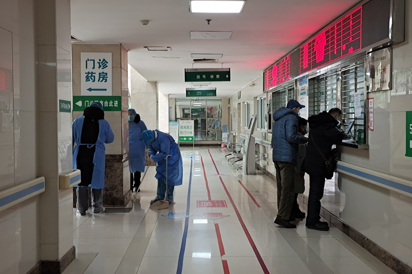 A képen a vuhani Jinyintan kórház látható, ahogy tájékoztatják a lakosokat a város elhagyásának tilalmáról.