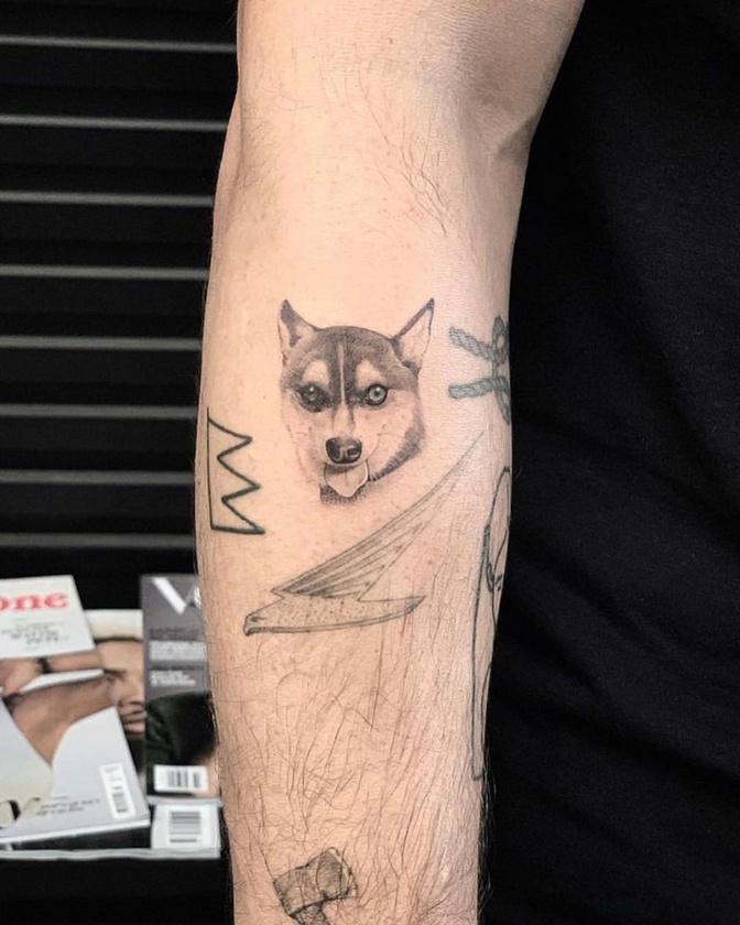A szeretett házi kedvenc emlékére közös tetoválást is varrattak, nem sokkal később pedig egy golden retriverrel ajándékozták meg a másik, egyedül maradt kutyusukat.