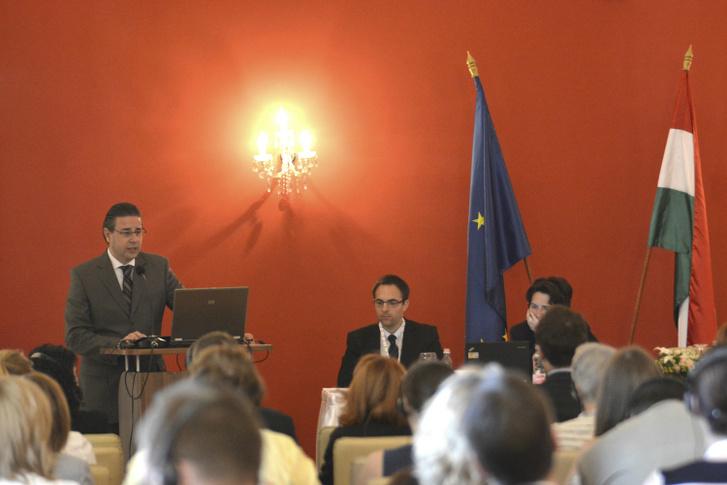 Kaleta Gábor (b) az Igazságügyi Minisztérium sajtófőnökeként a nemzetközi jogellenes gyermekelviteli ügyekről beszél egy konferencián 2014-ben.