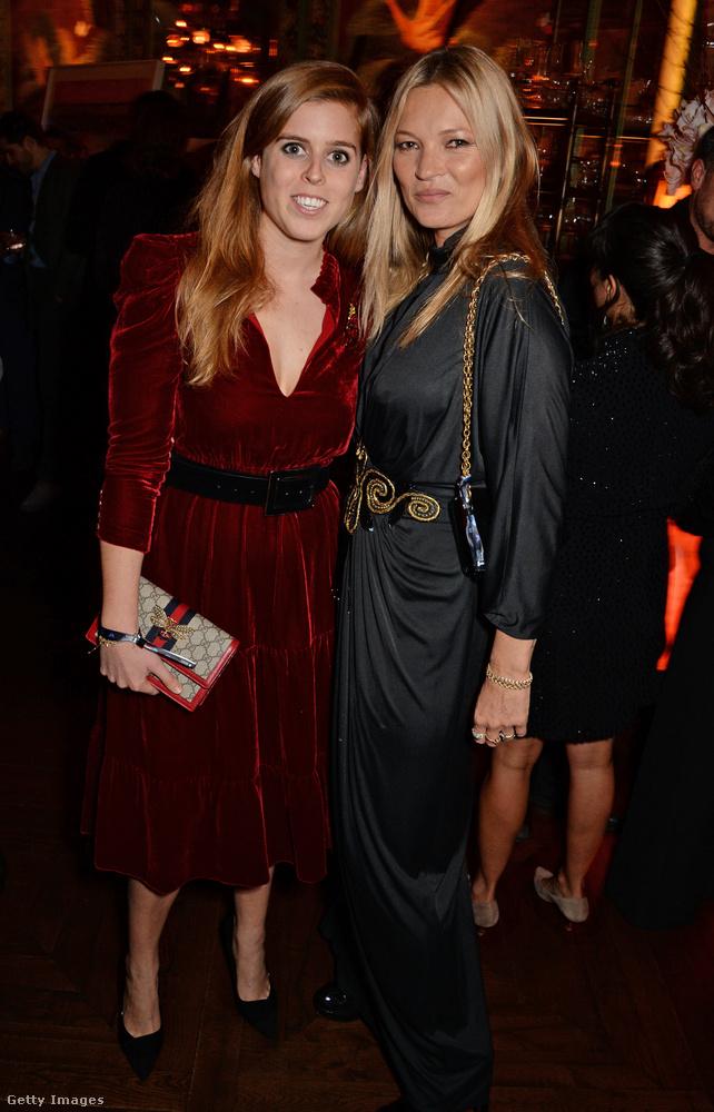 Hiába pózol a képen Kate Moss-szal, nem egy flancos partin van, hanem egy jótékonysági eseményen, ahol a rákos kisgyerekeknek gyűjtöttek pénzt