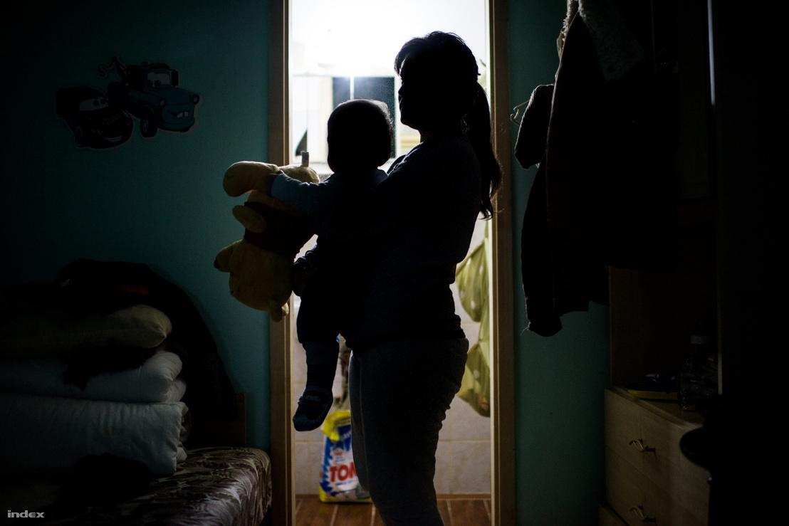 Anyuka gyermekével egy magyarországi menedékházban