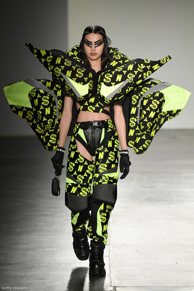 Zárjuk a sort ezzel a kivételes ruhával, mely a kollekció többi darabjához képest meglepően sokat takar a modellből