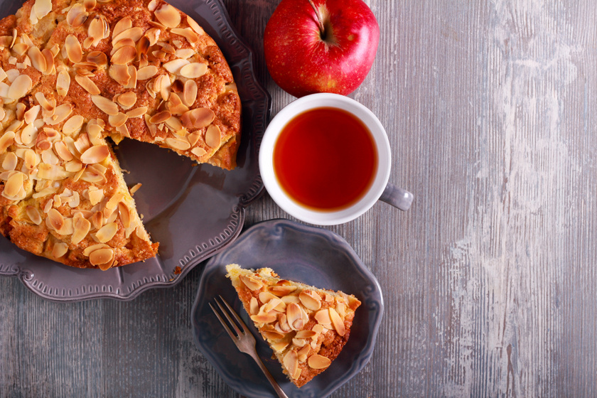 Illatos almatorta roppanós mandulával: egyszerű kevert tésztából készül