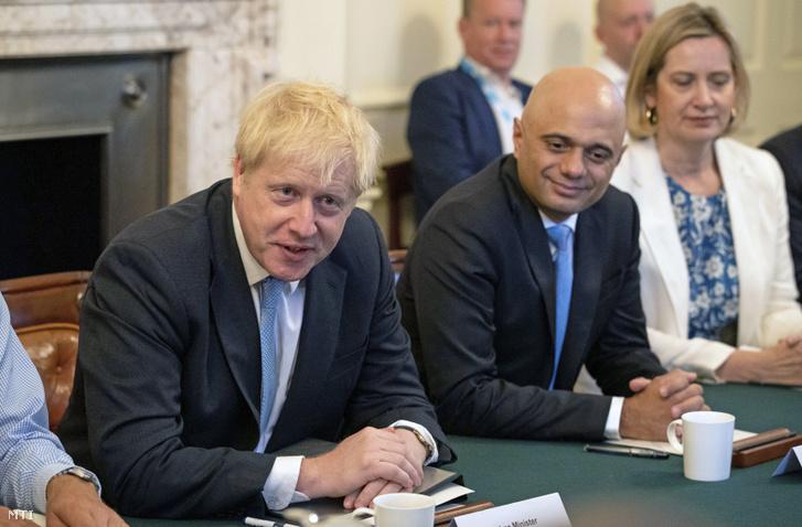 Boris Johnson brit miniszterelnök (b) beiktatása utáni első kabinetülését tartja a londoni kormányfői rezidencián a Downing Street 10-ben 2019. július 25-én. Jobbról a második Sajid Javid pénzügyminiszter jobbról Amber Rudd munka- és nyugdíjügyi miniszter.