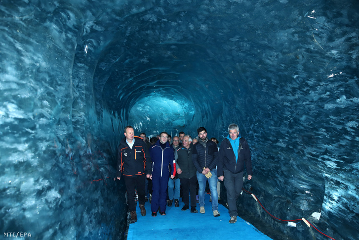Emmanuel Macron (b2) meglátogatja a legnagyobb francia gleccsert a Mer de Glace-t Chamonix-ban 2020. február 13-án.