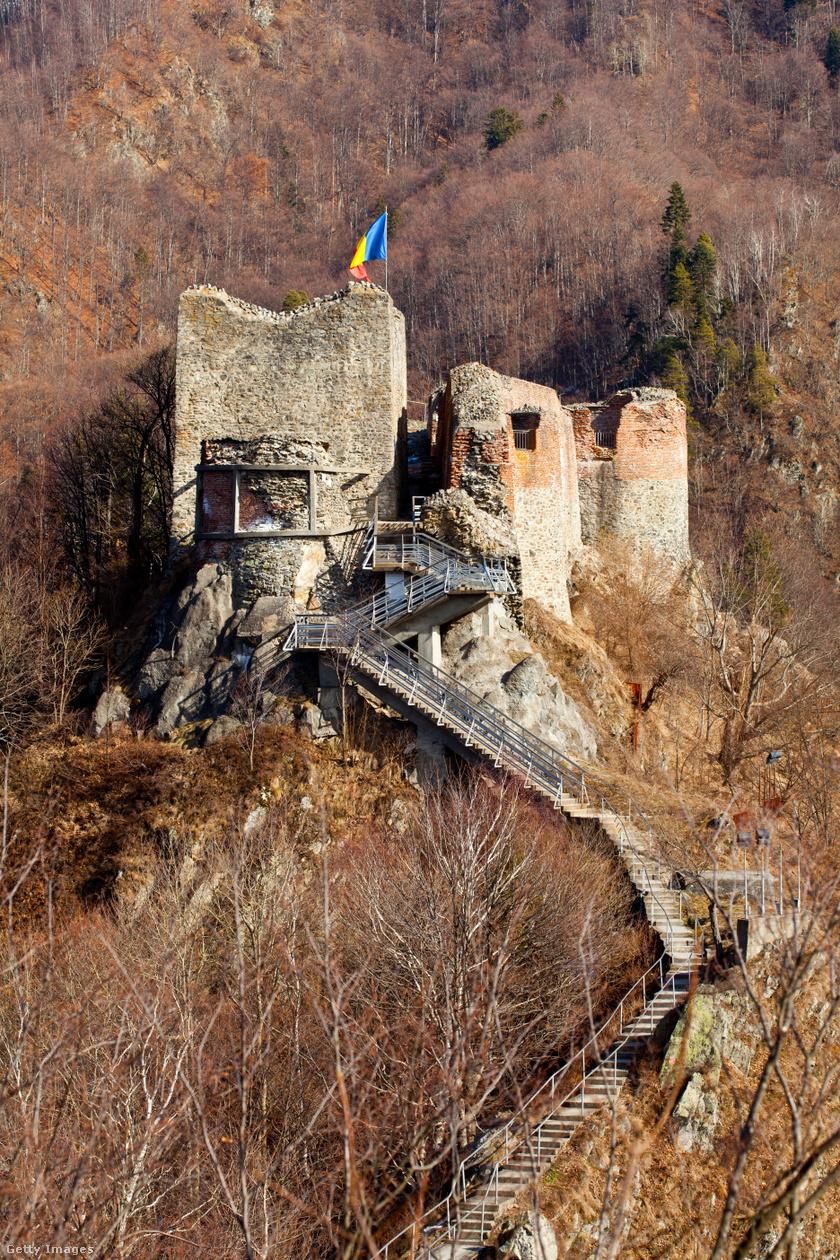 A 16. század óta lakatlan erőd a Kárpátok egyik csúcsán található, az Arges folyó völgyében. A 19. században találtak rá, és fedezték fel újra.
