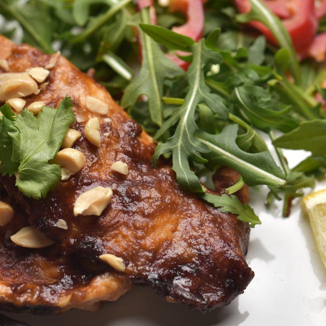 Egyszerű és gyors mogyoróvajas csirkesteak: 10 perc munka van vele