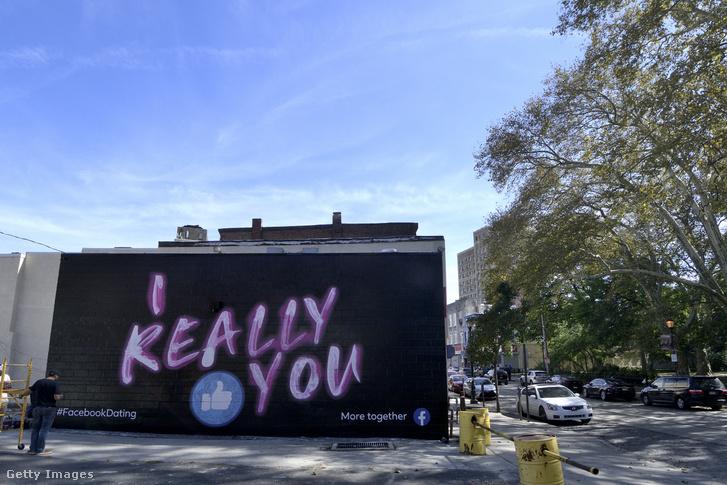 Hirdetés a Facebook társkereső szolgáltatáshoz Philadelphiában egy homlokzaton