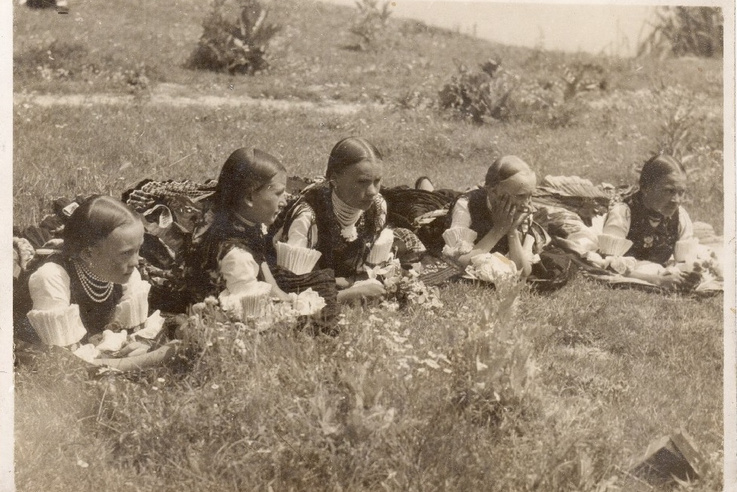 Népviseletbe öltözött szlovák lányok Bánkon,  1932-ben