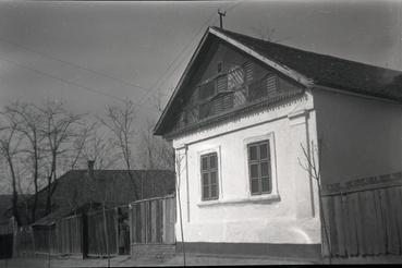 Napsugaras homlokzatú tápéi ház 1959-ben, Balogh Jánosné Horváth Terézia fényképén.
