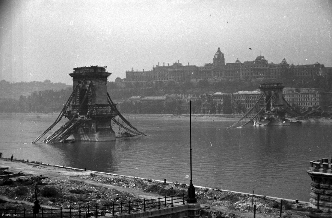 A lerombolt Lánchíd és a Királyi Palota (ma Budavári Palota) a Széchenyi István (Ferenc József) tér felől nézve 1945-ben.