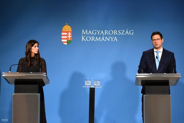 Gulyás Gergely, a Miniszterelnökséget vezető miniszter és Szentkirályi Alexandra kormányszóvivő a Kormányinfó sajtótájékoztatón 2020. február 13-án.