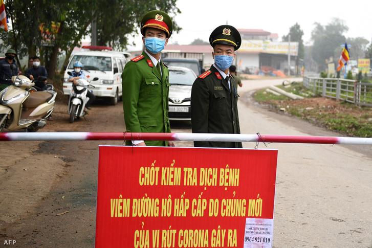 Vietnami rendőrök Vinh Phuc tartományban, a Son Loi községben felállított ellenőrzőponton